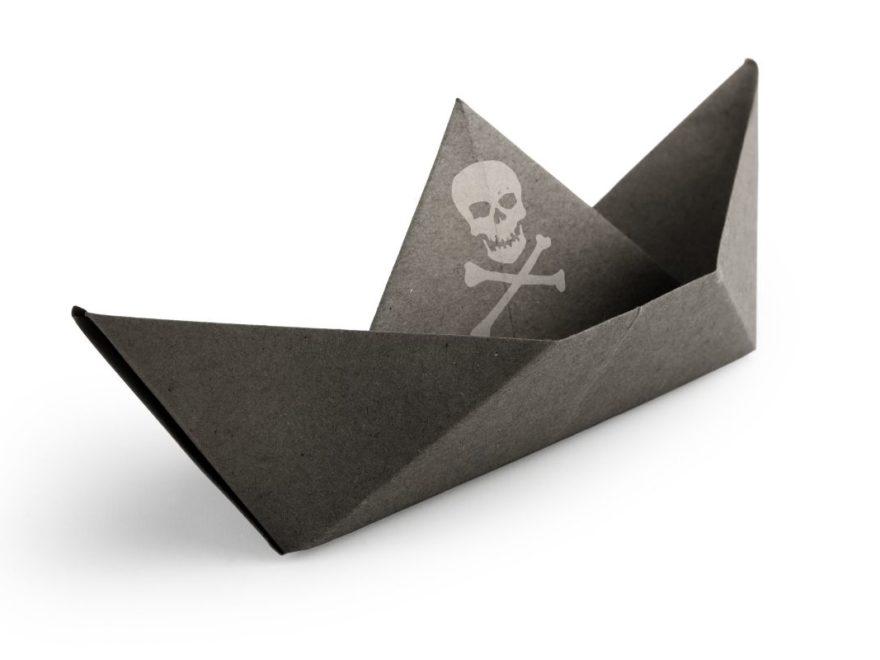 Papierschiff mit Totenkopf